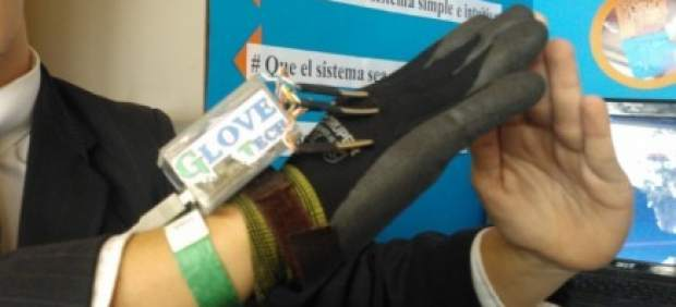Guante para convertir el lenguaje de signos en palabras